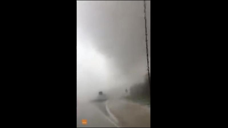 В США торнадо снес автомобиль с дороги