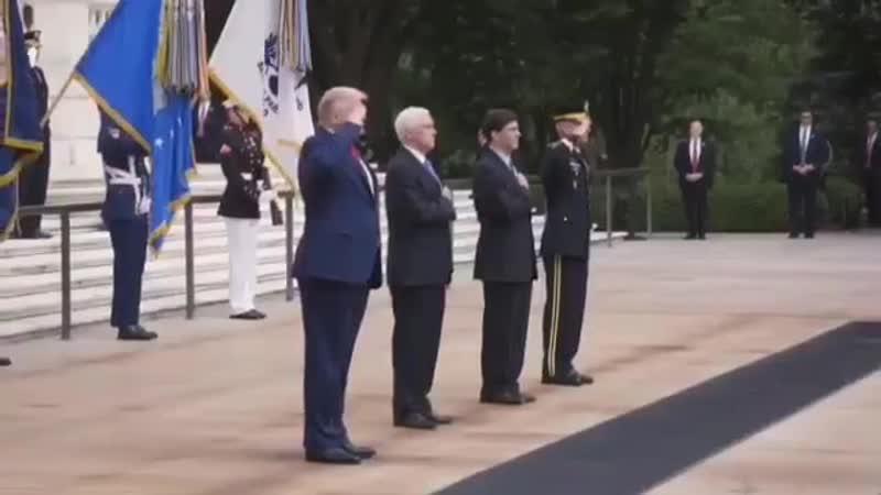 Трамп посетил американцевые надгробия на Арлингтонском кладбище на Memorial Day (25 мая 2020) :
