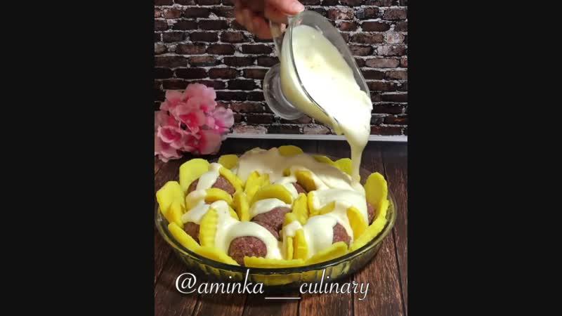 Тефтели в сливочном-сырном соусе (ингредиенты указаны в описании видео)