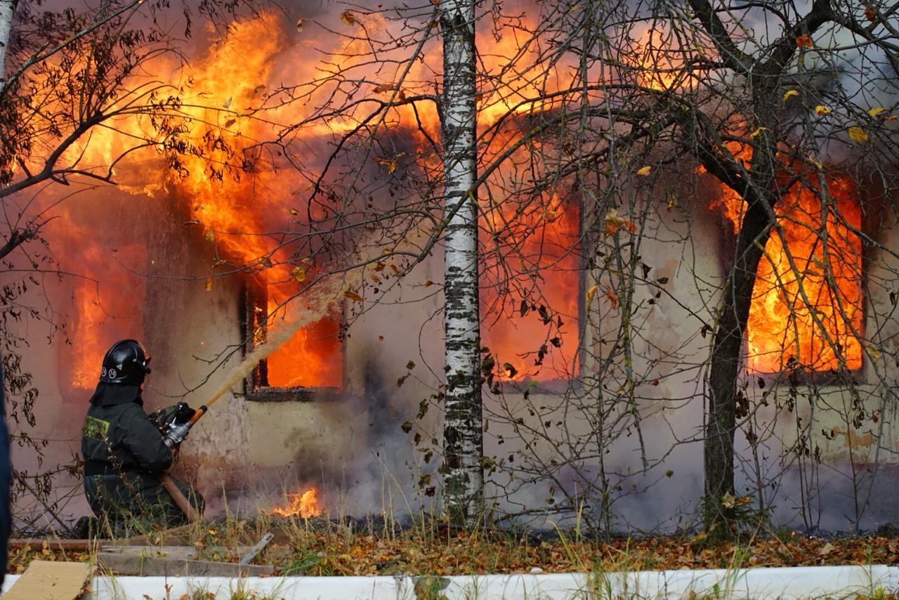 В воскресенье днем в заброшенных зданиях на улице Университетской произошел пожар | Фото