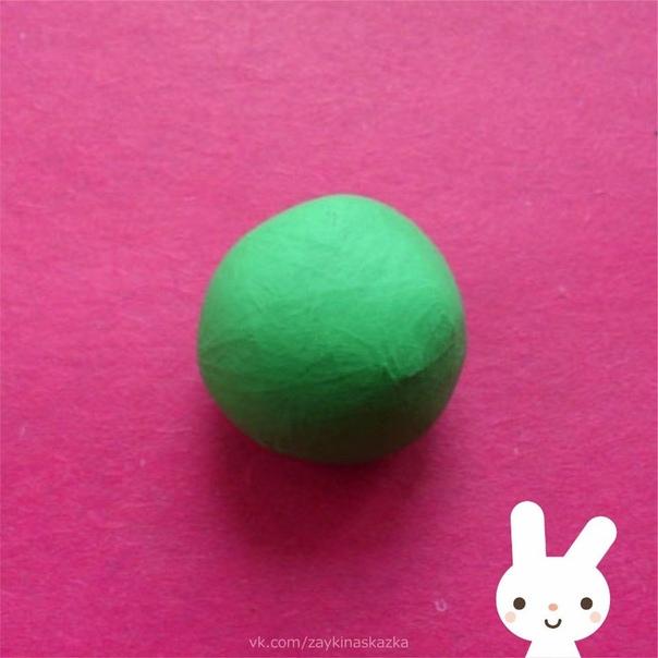 КАК СЛЕПИТЬ ЁЛОЧКУ ИЗ ПЛАСТИЛИНА Готовим много зелёного пластилина, а также дополнительные яркие оттенки и принимаемся за поделку.1. Смягчите зелёную массу.2. Придавливая сформированный ком к