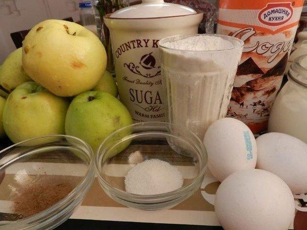Великолепная Шарлотка Рецепт очень прост Нужно :Яйца -3 шт.Сметана 150 гр.Яблоки 5-6 шт.Корица молотая 1 ст. ложкаВанильный сахар 1 ст. ложкаСахарный песок неполный стаканМука стаканСода чайная
