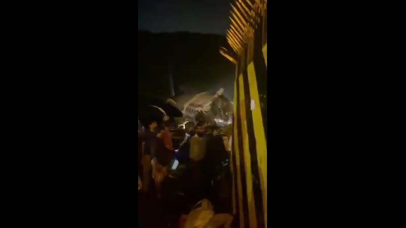 В Индии самолёт разорвало на две части при попытке посадки На борту находились 184 пассажира и члены экипажа По предварительны