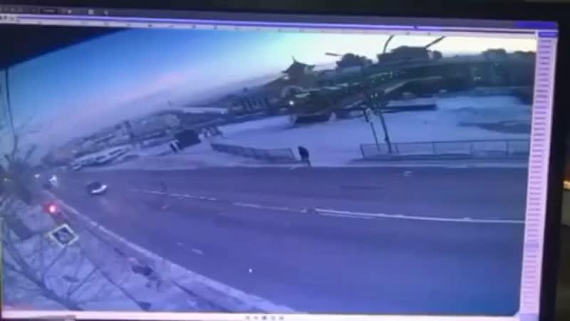 В Улан Удэ водитель проехал на запрещающий сигнал светофора и насмерть сбил двух подростков на пешеходном переходе