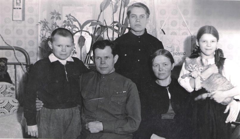Семья Кольва (слева направо): сын Леонид, Григорий Кузьмич, сын Тойво (стоит), жена Татьяна Алексеевна, дочь Валентина. 1950-е гг.