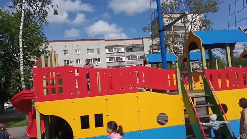 Мужик бегает за ребенком с пакетом семечек и плюет шелуху прямо в детском городке городке