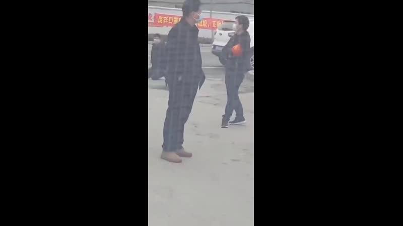 Коронавирус Китай 湖北孝感 隨便出門就把你放在大街上罰跪 病毒會讓中國經濟倒退30年現在看來思想已經快到清朝年間