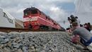 Первый грузовой поезд из Крыма заехал на Крымский мост