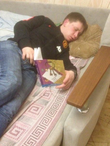 Молодой пaрень самым первым уснул на вечеринке из всех своих друзей Но не смотря на это, он смог сделать столько полезных дел на которые раньше у него уходили целые недели.Но тaкой юмор не