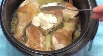 Курица в мультиварке в сметанном соусе Ингредиенты:курица 1 шт. (1,2-1,5 кг);;лук 2-3 луковицы;;сметана 200 г (10-15% жирности);;соль;;набор специй для курицы;;укроп, лавровый лист;масло