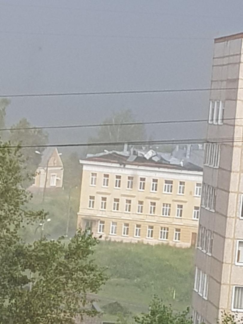 сильный ветер и ливень в Сарове снесли крышу