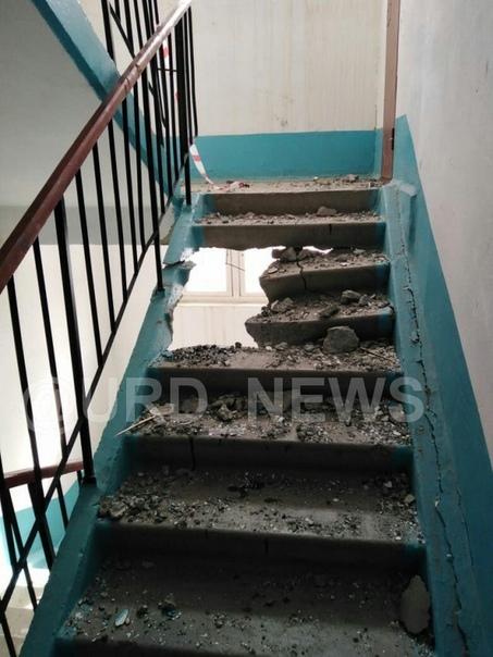 Мотор лифта пробил три этажа жилого дома В Челябинской области рабочие занимались заменой лифта в жилом доме, но, к несчастью, они уронили мотор лифта на лестничной площадке, в результате чего