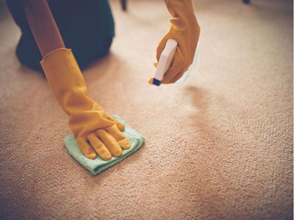Жевательную резинку с волос можно убрать арахисовым масло (просто втереть его).
