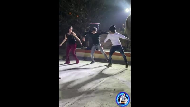 Картикей Маллика и Сумедх танцуют