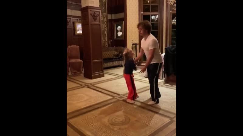 Максим Галкин с дочкой Лизой в ритме танго mp4
