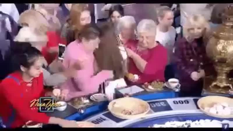 Зрители собирают еду на «Поле чудес» Давка массовки из-за й еды на бара