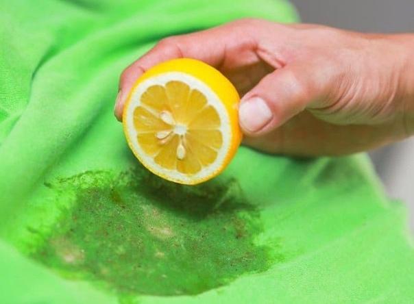 Удаление пятен лимоном Лимон содержит много органической кислоты, которая способна «выесть» с ткани пятна. Этому продукту «по зубам» кровь, ржавчина и фломастеры. Нанесите на пятно лимонный сок,