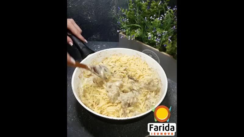 Курица с грибами в сметанно-сырном соусе (ингредиенты указаны в описании видео)