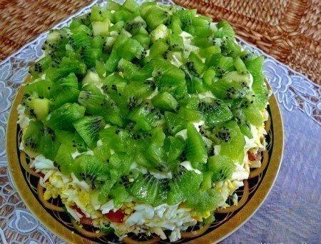 9 Рецептов Новогодних салатов Салат с семгойИнгредиенты для приготовления:Соленая семга 400 грамм.Твердый сыр 200 грамм.Отварной картофель 3 штуки.Вареные яйца 3 штуки.Яблоки 3 штуки.Лук 3