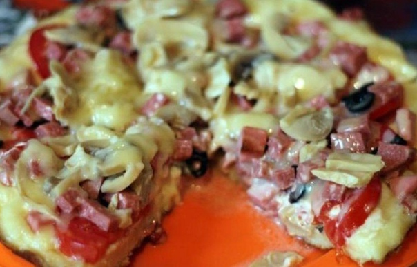 САМАЯ ВКУСНАЯ ДОМАШНЯЯ ПИЦЦА Топ-9 рецептов 1) Быстрая пицца на сковородеИНГРЕДИЕНТЫ:сметана 100 млкефир 100 млпищевая сода 1 ч. л.мука 1 стаканжелтки яичные 2 шт.специи по вкусуколбаса 150