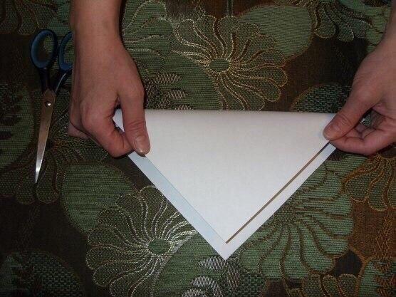 Пушистая снежинка из бумаги Вырезаем квадрат из листа бумаги. Сгибаем его по диагонали.Затем сгибаем получившийся треугольник пополам.Сгибаем ещё раз пополам. Такую заготовку делали для