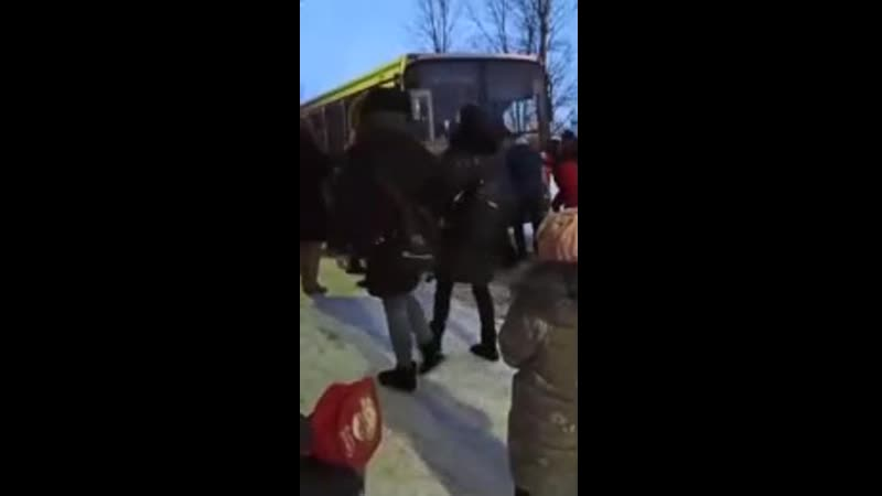 Ярославль люди толкают автобус Не убраны дороги гололёд
