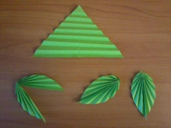 ЁЛОЧКА ИЗ БУМАГИ Для ёлочки нам понадобятся треугольники из зелёной бумаги, можно добавить и несколько оттенков зелёного цвета.Треугольники складываем гармошкой, сгибаем пополам, склеиваем,