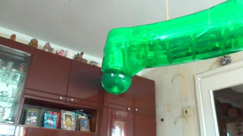 Зелёный вентилятор крутится на нитке