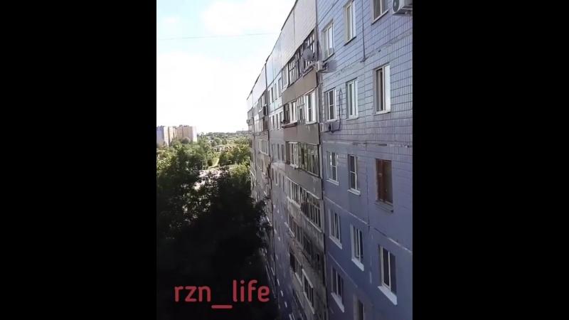 Repost @ valeriana030290 ・・・ По улице Новоселов 40/3, на 8 этаже дети вылазили в окно и выбрасывали игрушки в низ.....после тог