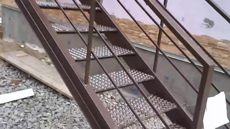 Лестница наружная (уличная), со ступенями, покрытыми просечно - вытяжным листом