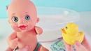 Куклы Пупсики играем в ванной для кукол/Новый пупсик кушает, купается, моется/Мультики на Зырики ТВ