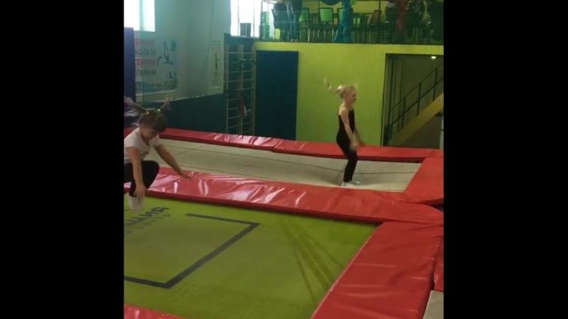 Детки на батутах в Гравитации