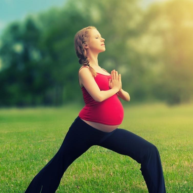 Целостная йога - это подход к йоге, который включает весь образ жизни и может быть осуществлен беременными женщинами.