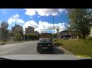 неуправляемый автомобиль, пугая пешеходов, катится под горку и врезается в атомобиль стоящий на парковке. Водитель ,гнавш