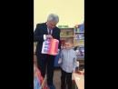Петр Тултаев посетил детский сад, где спел с мальчиком песенку крокодила Гены