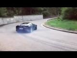 Ferrari 812 Superfast проходит поворот