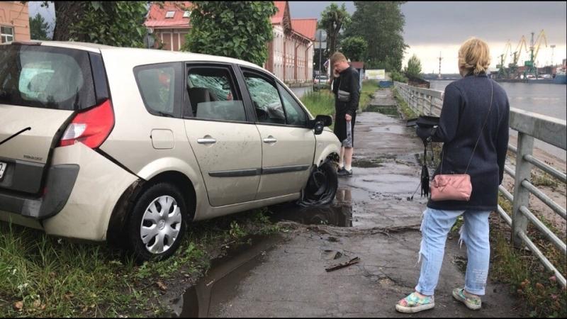 На Канонерском острове лихач на машине упал в Финский залив