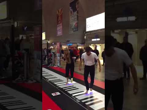 Игра ногами на пианино в ЖД Вокзале Карлсруэ Германия Kicking the piano at the Railway Station