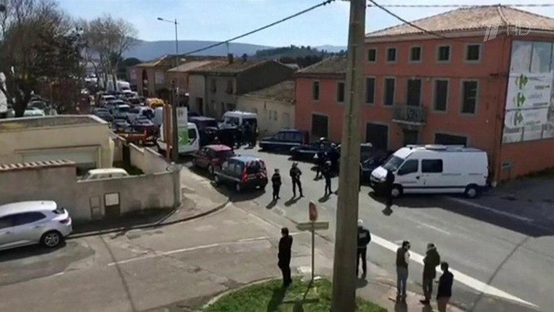 Французский офицер вызвался пойти взаложники, чтобы освободить захваченных всупермаркете людей