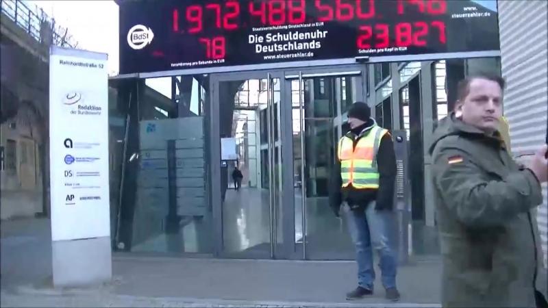 Berlin Demo NEIN ZUR GROKO Schuldenuhr zu den Schulden von Deutschland