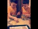 Близнецы готовят печенье