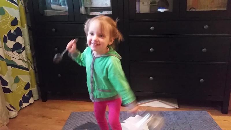 Алиса танцует