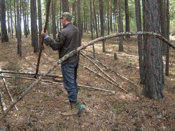 b9uLGRT qdM - Делаем простейшее укрытие в лесу для трех человек