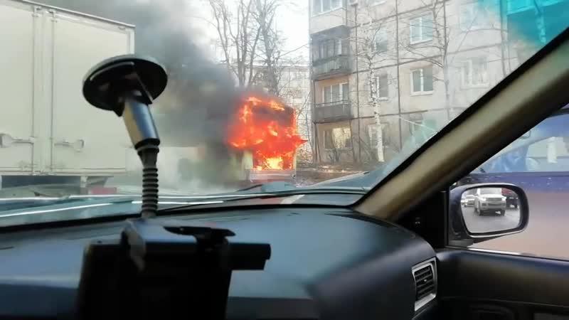 Горит автобус 22 маршрута не доезжая перекрестка ул Ленина и Удмуртская