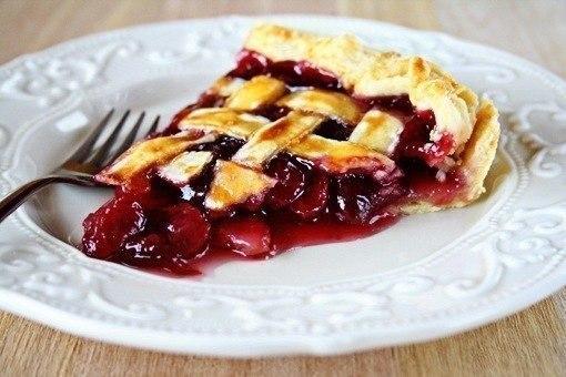 Фото: Вишневый пирог.<br><br>Пироги с этой огненно-красной ягодой обязательно придутся по вкусу и деткам, и взрослым. Ведь вишневая начинка обладает потряса