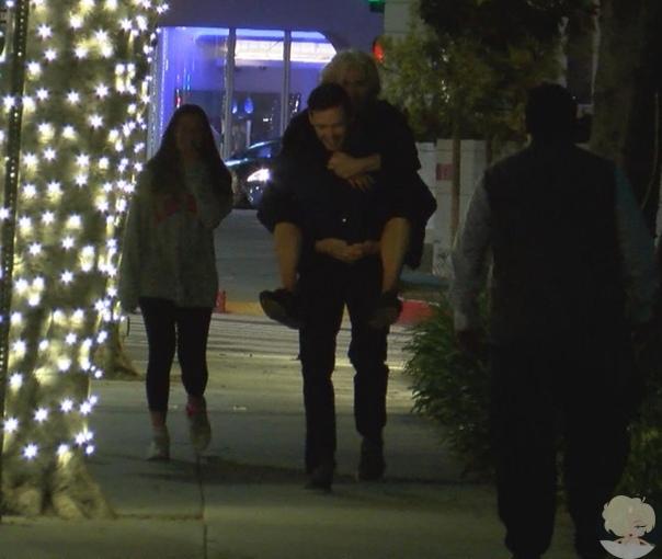Романтика: Хью Джекман прокатил супругу на закорках на семейной прогулке