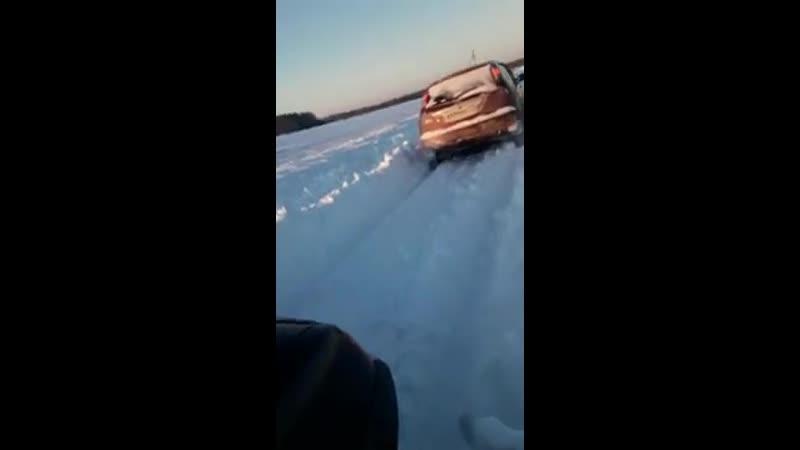 Жителям Челябинской области самим приходится чистить дорогу после снегопада