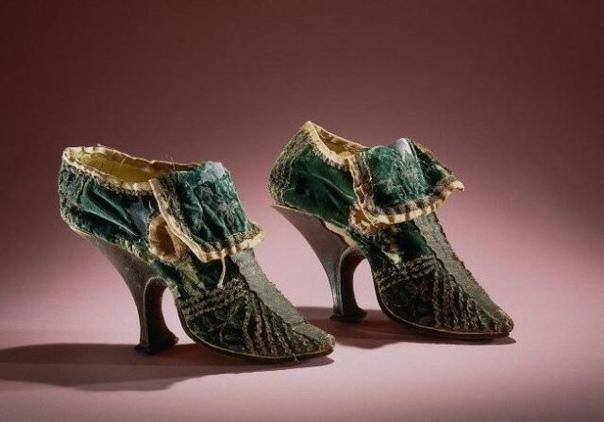 До начала XIX столетия обувь была одинаковой  не было правых и левых башмаков