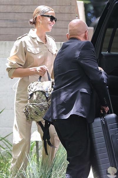 Ирина Шейк замечена с чемоданом после новостей о расставании с Брэдли Купером
