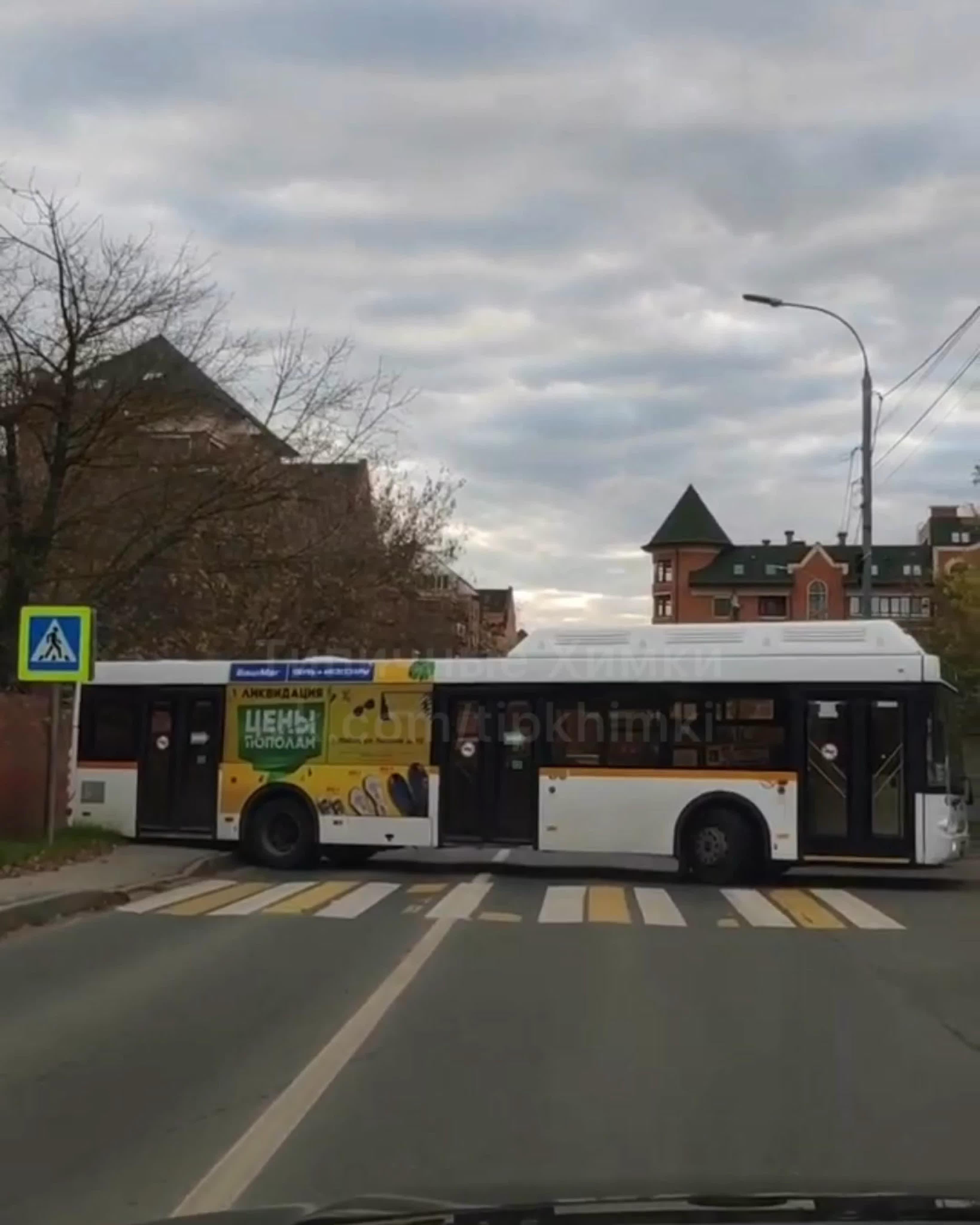 Гениальный водитель 29-го автобуса решил развернуться прям